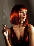 美丽的妇女烟香烟 图库摄影