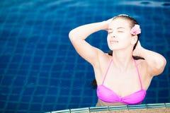 美丽的妇女特写镜头比基尼泳装的在豪华 免版税库存照片