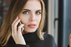 美丽的妇女特写镜头谈话在手机 库存图片
