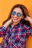 美丽的妇女特写镜头画象有完善的构成和太阳镜反射的,微笑 概念目标, drea 图库摄影