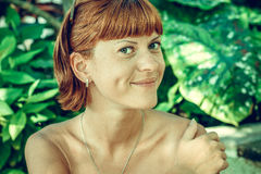 年轻美丽的妇女特写镜头画象绿色叶子的支持 热带夫人场面 巴厘岛 库存图片