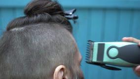 美丽的妇女理发师剪在客户的项的头发有电剃刀飞剪机和梳子的 股票视频