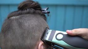 美丽的妇女理发师剪在客户的项的头发有电剃刀飞剪机和梳理视图 影视素材