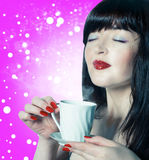 美丽的妇女用杯咖啡 图库摄影