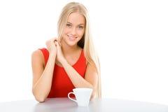 年轻美丽的妇女用杯子茶 免版税库存图片