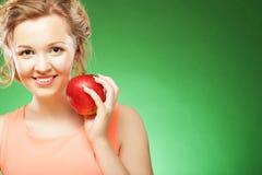 美丽的妇女用红色苹果在手中 库存图片
