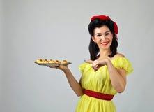 美丽的妇女用美味的饼干 免版税库存照片