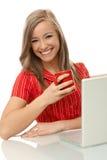 美丽的妇女用茶和膝上型计算机 库存照片