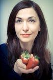 美丽的妇女用草莓 库存照片