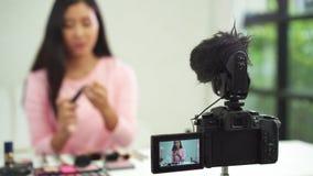美丽的妇女用途刷子,当回顾组成讲解现场直播录影到社会网络由互联网时 影视素材
