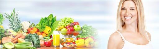 美丽的妇女用水果和蔬菜 免版税库存图片