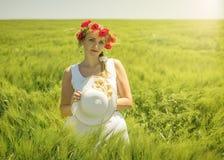 美丽的妇女画象有恭敬地红色鸦片的在头和 免版税库存图片