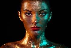 美丽的妇女画象有闪闪发光的在她的面孔 免版税库存照片
