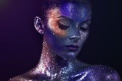 美丽的妇女画象有闪闪发光的在她的面孔 免版税库存图片