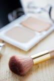 美丽的妇女的各种各样的化妆用品在桌上 免版税库存照片