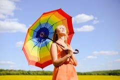 年轻美丽的妇女的图片下sundress的 免版税库存照片