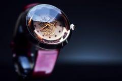 美丽的妇女的手表 库存照片