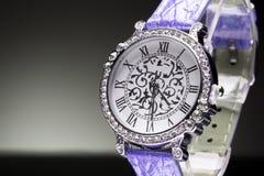 美丽的妇女的手表 库存图片