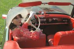 美丽的妇女的汽车旅途,五十年代样式 免版税库存图片