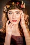 美丽的妇女的秋天概念有叶子的在她的头发 库存照片