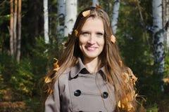 美丽的妇女的秋天画象 免版税图库摄影