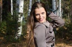 美丽的妇女的秋天画象 免版税库存照片
