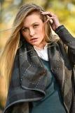 年轻美丽的妇女的迷人的画象时髦的衣裳的 免版税图库摄影