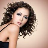美丽的妇女的面孔有卷发的 免版税库存照片