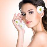 美丽的妇女的面孔有花的 免版税图库摄影
