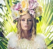 美丽的妇女的画象有用花装饰的帽子的 库存图片