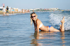 年轻美丽的妇女的画象海滩的 免版税库存照片