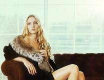 美丽的妇女的画象皮大衣的 免版税库存照片