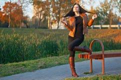 年轻美丽的妇女的画象皮靴的在p 图库摄影