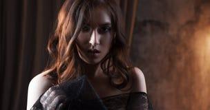 美丽的妇女神奇画象黑鞋带面纱的 免版税库存图片