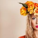 美丽的妇女秋天画象 免版税库存照片