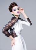 美丽的妇女穿戴了典雅摆在迷人-演播室时尚射击 库存照片
