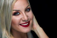 美丽的妇女红色嘴唇画象健康皮肤,明亮的构成 库存图片