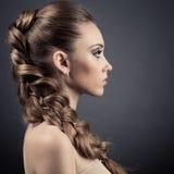 美丽的妇女纵向。 长的布朗头发 库存照片