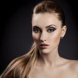 美丽的妇女纵向。 长的布朗头发 图库摄影