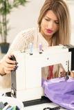 美丽的妇女缝合 免版税图库摄影