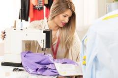 美丽的妇女缝合 免版税库存照片