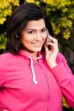 美丽的妇女联系在移动电话 库存图片
