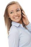 美丽的妇女联系在移动电话 免版税图库摄影