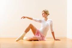 美丽的妇女舞蹈演员实践的芭蕾在工作室 免版税库存照片