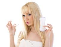 美丽的妇女藏品棉花卫生棉塞 免版税图库摄影