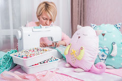 美丽的妇女裁缝在缝纫机衣裳缝合 库存图片