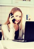 美丽的妇女谈话通过电话 免版税库存照片