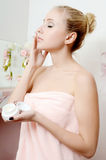 美丽的妇女金发碧眼的女人放置表面奶油 库存图片