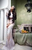 美丽的妇女阿拉伯果子礼服丝绸时尚闺房 图库摄影