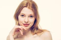 美丽的妇女面孔画象年轻愉快微笑 免版税库存照片